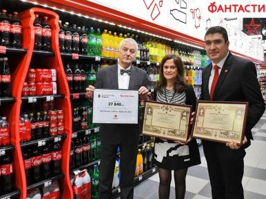 """Кока-кола ХБК България и Фантастико дариха 27 840 лв. на програма """"Топъл обяд"""" на БЧК"""