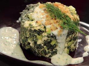 Копривена салата с кисело мляко и орехи