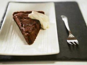Шоколадов кекс със сушени сини сливи